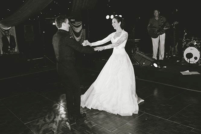 B&W reportage photography first dance